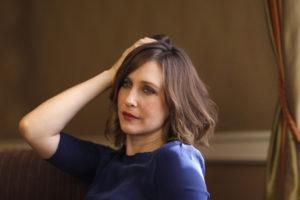Vera Farmiga con la mano tra i capelli