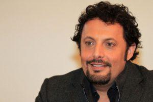 Enrico Brignano sorriso
