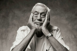 John Huston in posa buffa