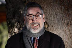 John Landis con sciarpa