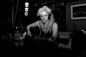 Courtney Love suona la chitarra
