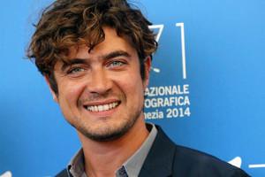Riccardo Scamarcio sorriso