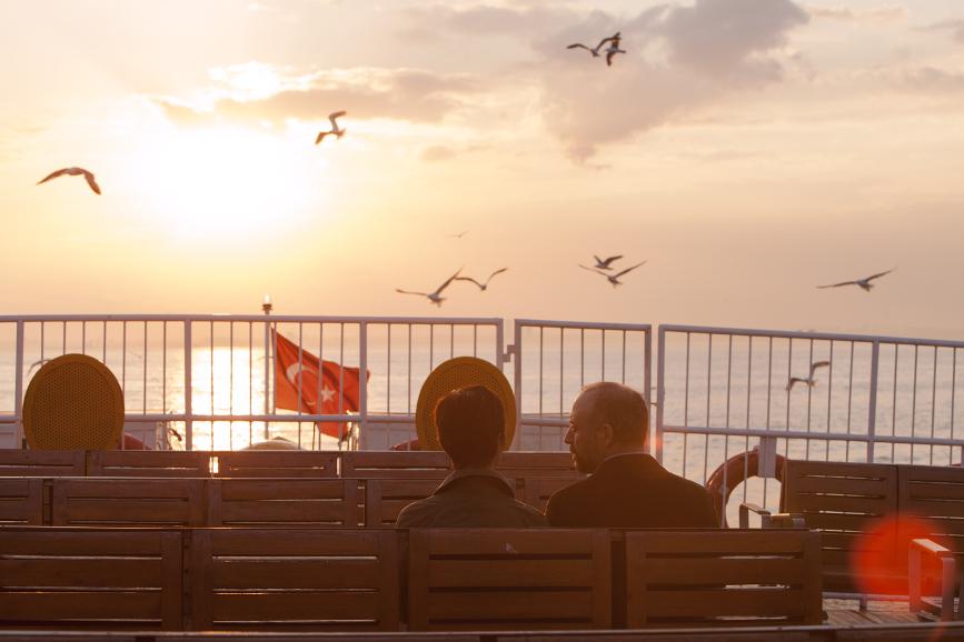 Rosso Istanbul scena sul battello.