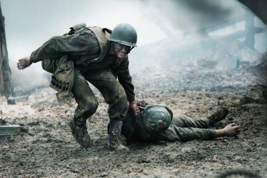 La battaglia di Hacksaw Ridge: Desmond Doss cerca di salvare un suo compagno. box office italia